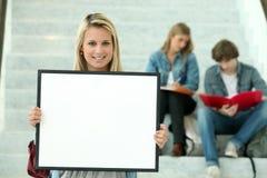 Fille retenant un panneau blanc Images libres de droits