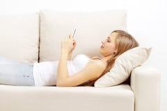 Fille retenant un téléphone portable Photos libres de droits