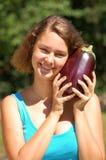 Fille retenant une aubergine Photos libres de droits