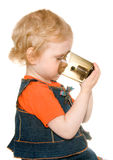 Fille retenant une tasse foncée Images stock