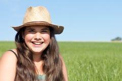 Fille riante avec le chapeau du soleil images stock