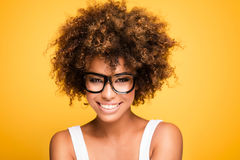 Fille riante d'afro-américain avec Afro Photo libre de droits