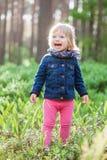 Fille riante d'enfant en bas âge dans la forêt Image stock
