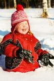 Fille riante dans la neige Photo stock