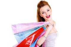 Fille riante heureuse avec des achats Photos stock