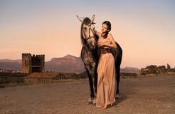 Fille romantique avec le cheval image libre de droits