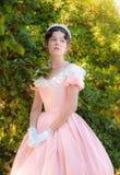Fille romantique et avec du charme dans une robe de soirée dans les rêves de l'amour Photos libres de droits