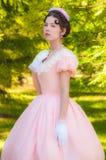 Fille romantique et avec du charme dans une robe de soirée dans les rêves de l'amour Photographie stock