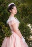 Fille romantique et avec du charme dans une robe de soirée dans les rêves de l'amour Photo libre de droits
