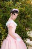 Fille romantique et avec du charme dans une robe de soirée dans les rêves de l'amour Image stock