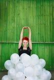 Fille rouge de cheveu avec les ballons argentés image libre de droits