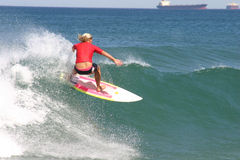 Fille rouge de surfer Images stock