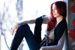Fille rouge de ville de cheveu Images stock
