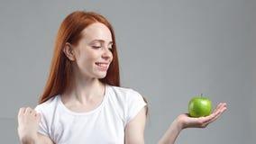 Fille rousse attirante avec la pomme verte Forme physique saine et consommation du concept de style de vie clips vidéos