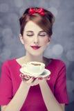 Fille rousse avec la cuvette de café. St Saint Valentin. Image stock