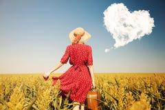Fille rousse avec la valise au champ de maïs Image libre de droits