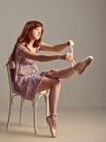 Fille rousse essayant sur des chaussures de pointe Photos libres de droits