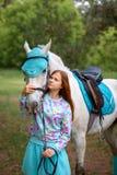Fille rousse et cheval blanc dans la forêt Photographie stock libre de droits