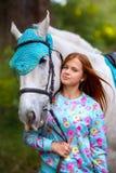 Fille rousse et cheval blanc dans la forêt Photo stock