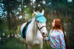 Fille rousse et cheval blanc dans la forêt Photos libres de droits