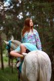 Fille rousse et cheval blanc dans la forêt Images libres de droits