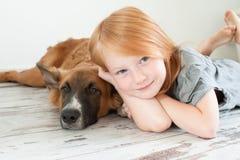Fille rousse et chien roux Image libre de droits