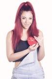 Fille rousse heureuse avec la boîte en forme de coeur de cadeau Image stock