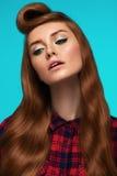 Fille rousse, visage couvert de taches de rousseur, maquillage à la mode et coiffure Photo libre de droits