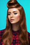 Fille rousse, visage couvert de taches de rousseur, maquillage à la mode et coiffure Photo stock