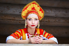 Fille russe dans un kokoshnik Photographie stock