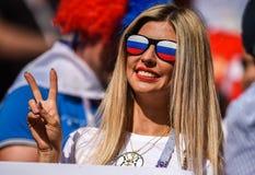 Fille russe de fan en verres de trou d'épingle de fantaisie avec le drapeau russe à la coupe du monde 2018 images libres de droits