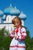 Fille russe sur l'église Photographie stock