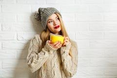 Fille rêvante romantique de hippie d'hiver avec une tasse Image libre de droits