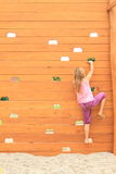 Fille s'élevant sur le mur Photos stock