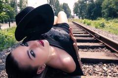 Fille s'étendant sur le chemin de fer Images libres de droits