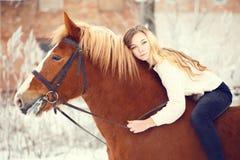 Fille s'étendant sur le cou de cheval Fond d'amitié Photos stock