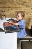Fille s'asseyant dans le restaurant, devant elle sur l'ope de table Photos libres de droits