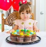 Fille s'asseyant en Front Of Birthday Cake images stock