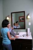 Fille s'asseyant sur la vanité avec de l'adolescence plus ancien Image libre de droits