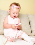 Fille s'asseyant sur le sofa photographie stock