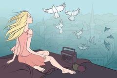 Fille s'asseyant sur le toit et regardant des pigeons Photos stock