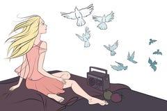 Fille s'asseyant sur le toit et regardant des pigeons Images stock