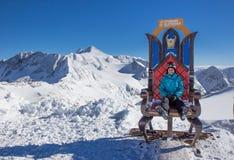 Fille s'asseyant sur le trône photographie stock libre de droits
