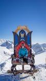 Fille s'asseyant sur le trône photos libres de droits