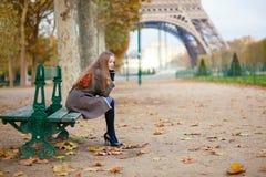 Fille s'asseyant sur un banc un jour d'automne Images stock