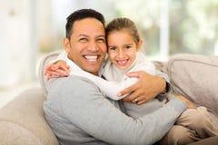 Fille s'asseyante de père Images libres de droits
