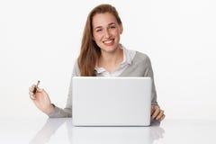 Fille 20s enthousiasmée travaillant à son bureau avec satisfaction Photos libres de droits