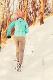Fille s'exerçant en hiver photos libres de droits