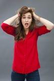 Fille 20s folle salissant ses cheveux pour la surprise Images stock