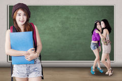 Fille sûre raillée par ses camarades de classe Photographie stock libre de droits